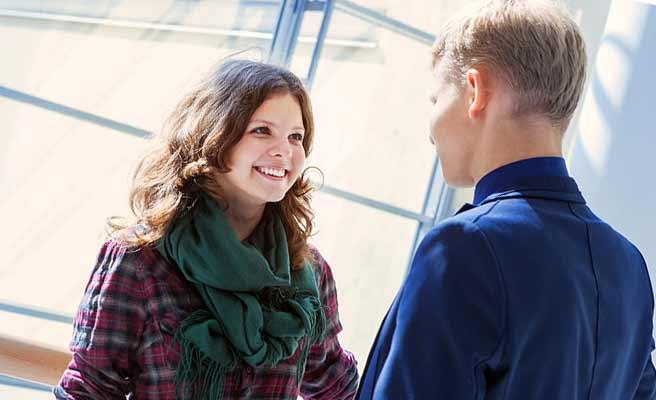 笑顔の女性と会話する男性