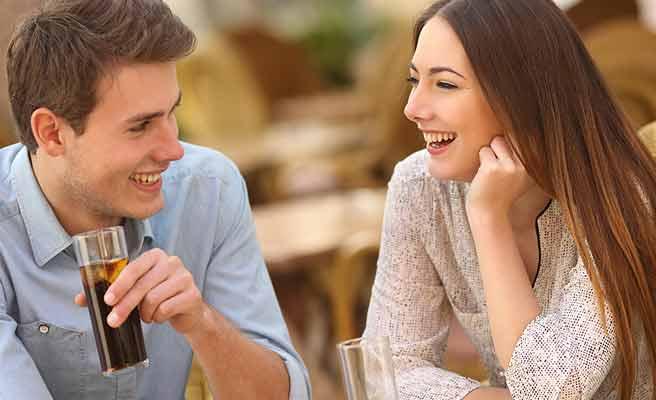 カフェで談笑するカップル