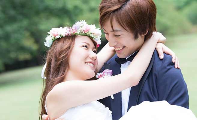 結婚式で新婦をお姫様抱っこしてる新郎