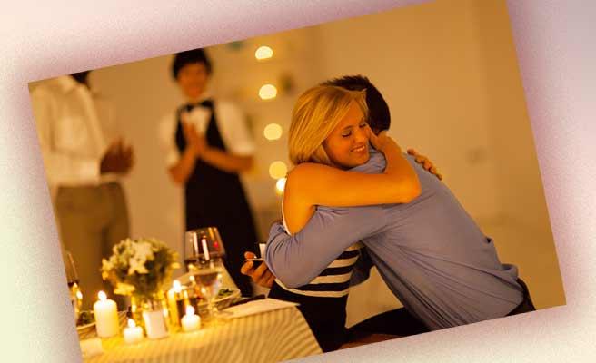 レストランで求婚されて彼氏に抱きつく女性
