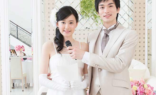 結婚式で挨拶する新郎新婦
