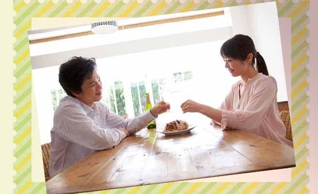 一緒にケーキを食べる夫婦