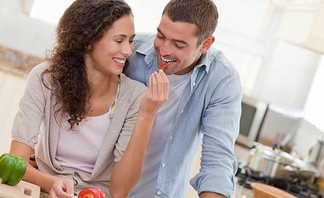 男性に調理中の野菜を咥えさせる女性