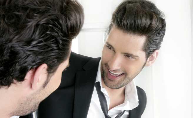 鏡に向かって笑いかける外人男性