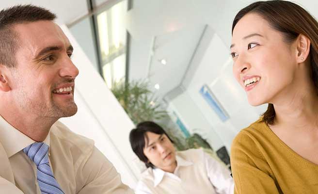 外国人講師と話す女性