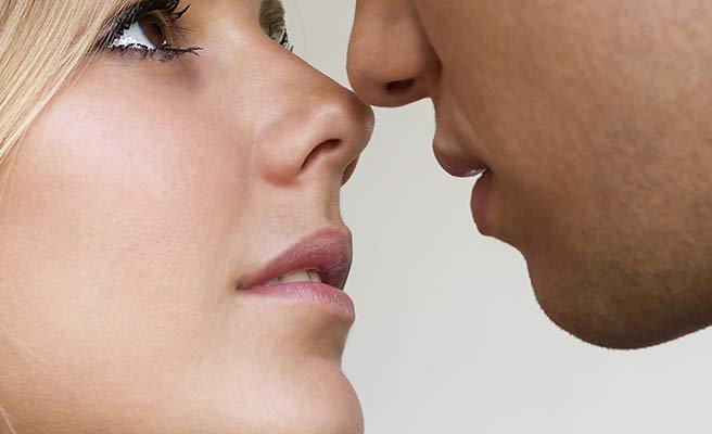 顔を近づけるカップル