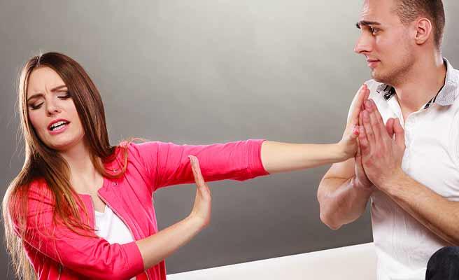 両手を合わせて懇願する男性を止める女性