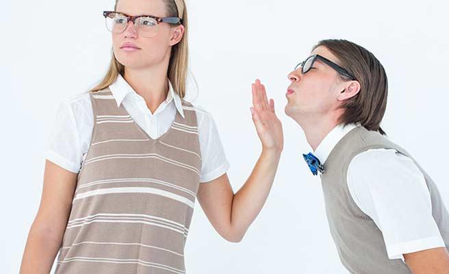 男性の言葉を片手で止める女性