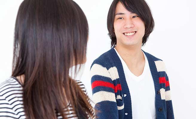 笑顔の男性を見つめる女性