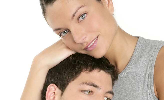 彼氏の頭を抱きかかえる女性