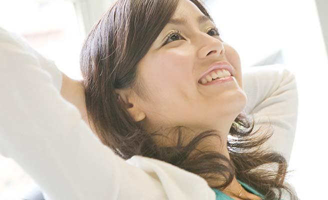 笑顔で背伸びする女性