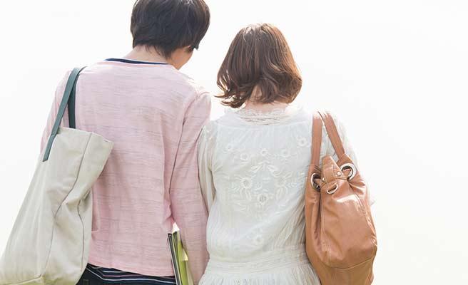 並んで歩くカップルの後姿