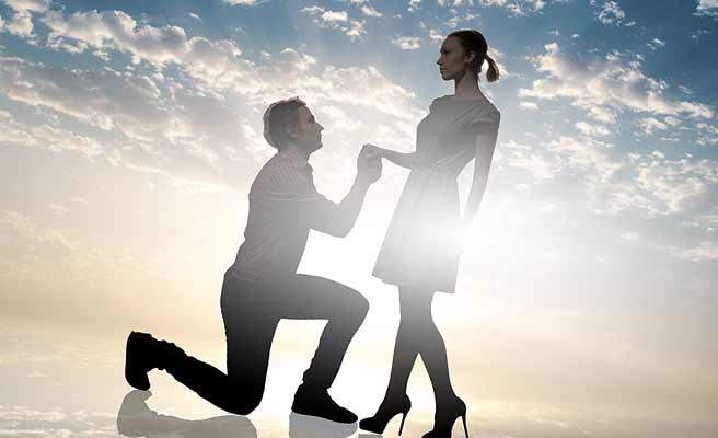 女性に求愛して膝まづく男性