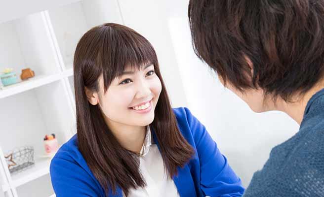 彼氏の話を笑顔で聞く女性
