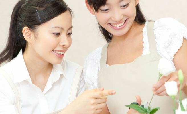 花を活ける女性と教える友達