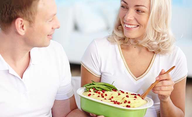 男性に料理を振舞う女性