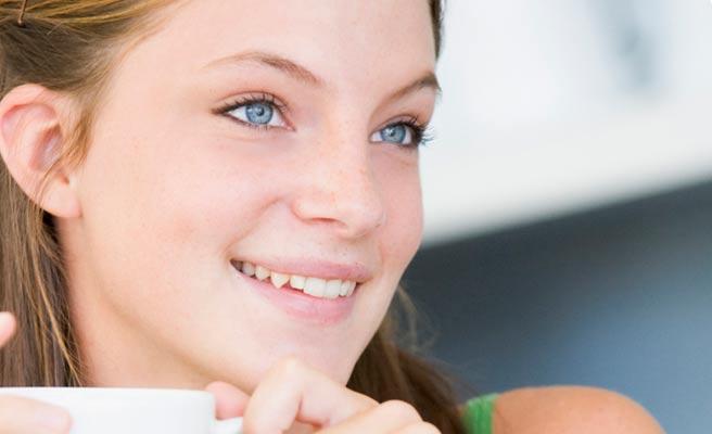 笑顔で見つめる女性