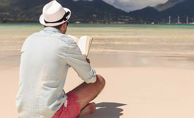 外で本を読む男性