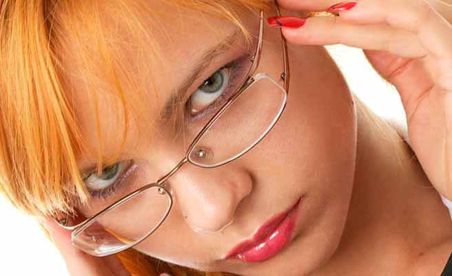 眼鏡を下げて疑惑の目を向ける女性