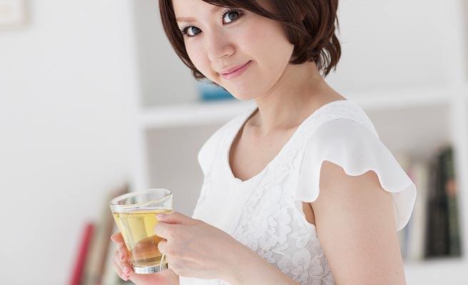 部屋で一人でグラスを持つ女性