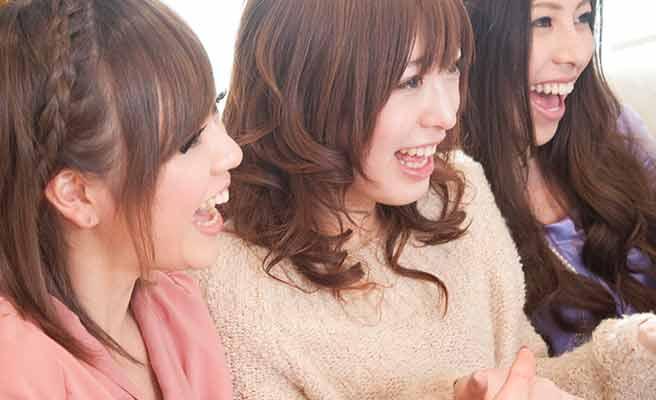 女性達が笑いながら盛り上がっている