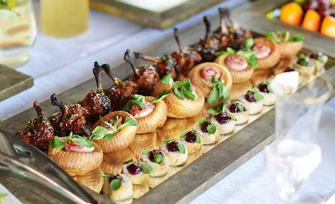 プレートに並べられた披露宴の料理
