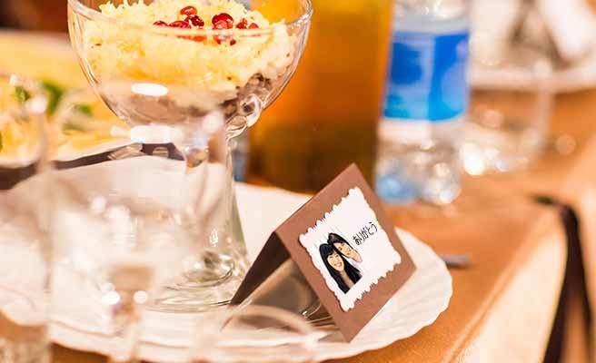 テーブルに置かれた写真入りのネームプレート