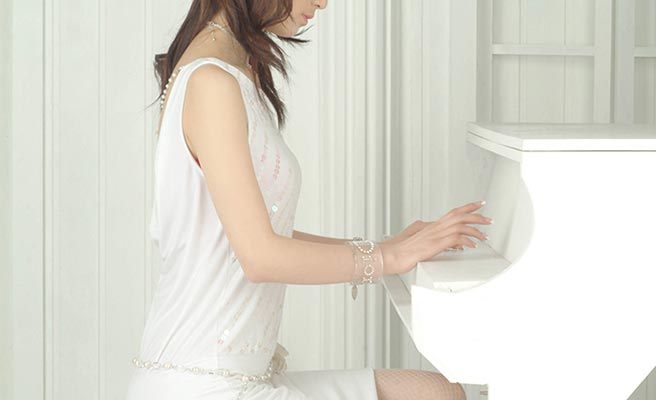 結婚式でピアノを演奏してる女性