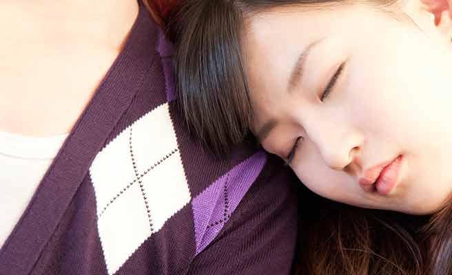 彼氏の肩で居眠りする女性