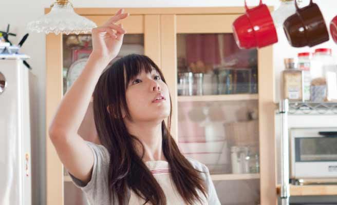台所で整理する女性