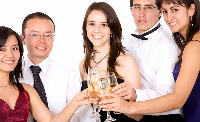 男女多数がグラスを合わせて乾杯