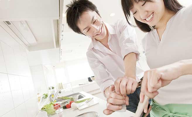台所で二人で料理を作るカップル