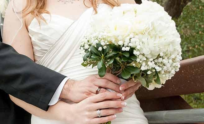 新郎が持つブーケを受け取る花嫁