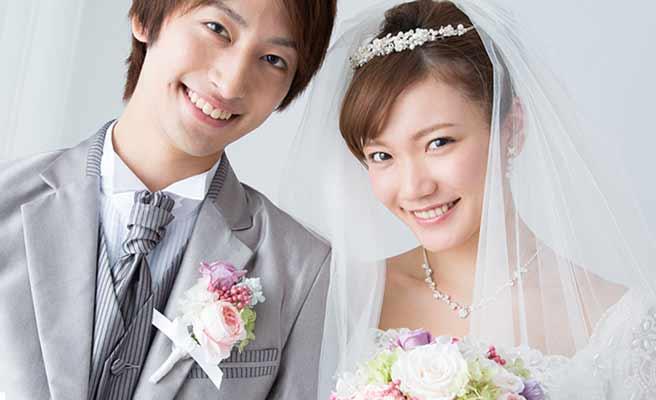胸に花を挿した新郎とブーケを持つ花嫁