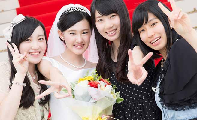 花嫁と一緒に記念写真を撮る女友達