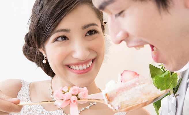 新郎にケーキを食べさせる花嫁