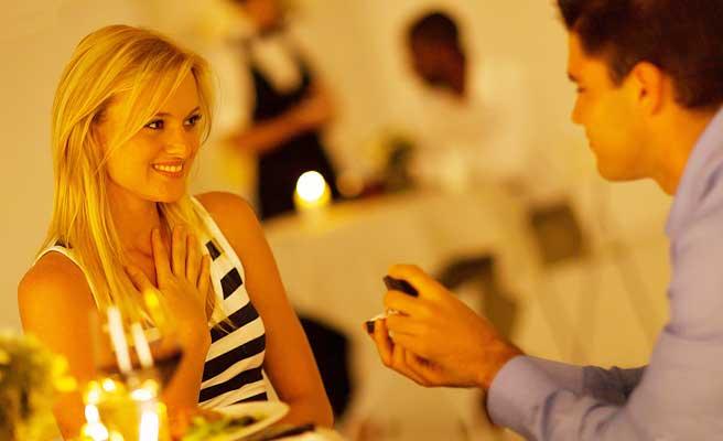 男性からプロポーズされて喜ぶ女性