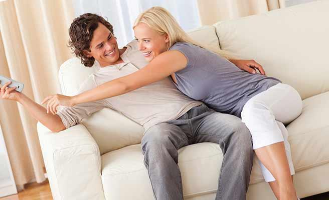 ソファーでふざけあうカップル