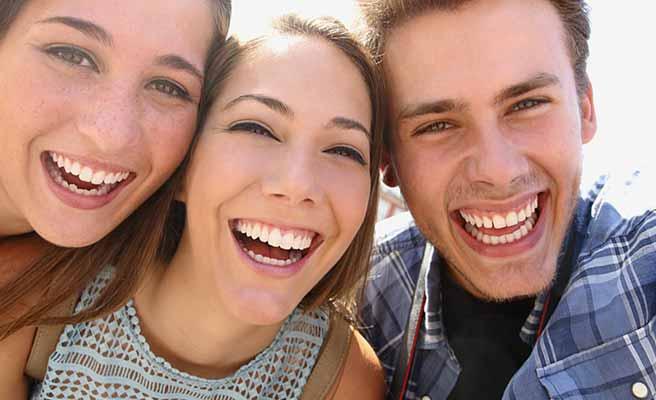 男友達と女性二人が笑顔で並ぶ