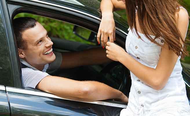 車の中から女性に話しかける男性
