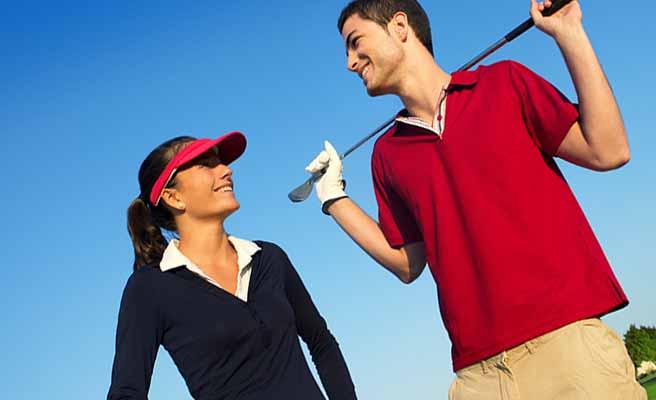 一緒にゴルフをする男女