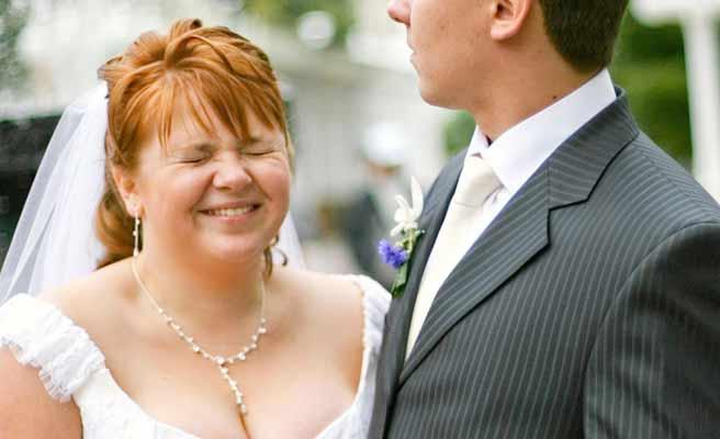 ぽっちゃりした花嫁をエスコートする花婿