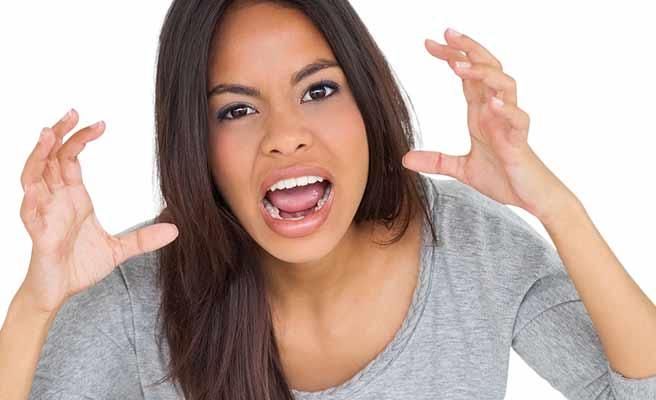 怒りのポーズの女性