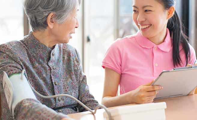 老人の血圧を計る介護の女性