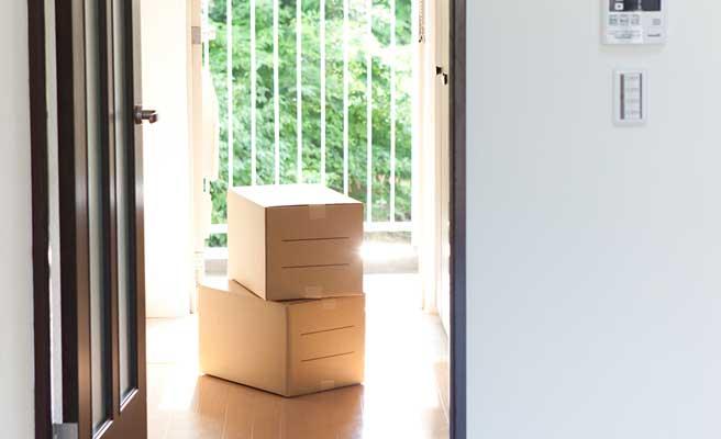 新しい部屋に積まれた段ボール箱