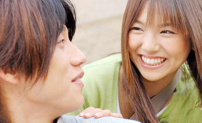 笑顔で男性に話しかける女性