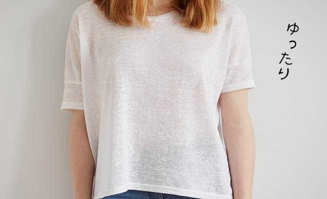 ゆったりTシャツを着た女性