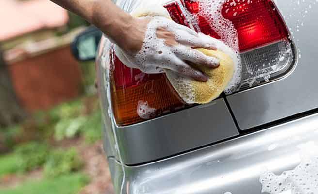 洗車する男性の手