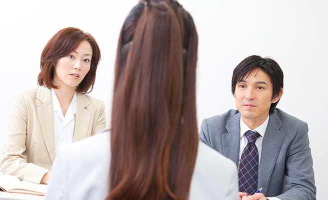 家裁の調停で話す女性