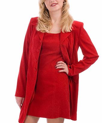 赤いチェスターコートを着たぽっちゃり女子